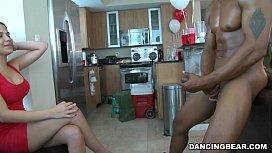 Grup de femi comanda un stripper negru care le fute in gura