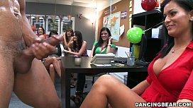 Colege de munca angajeaza un stripper la o petrecere privata