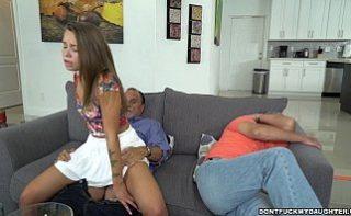 Tatal mi-a futut femeia in timp ce dormeam