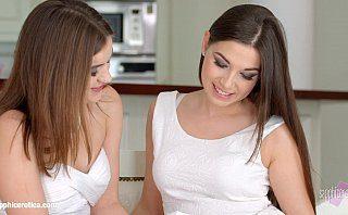 Doua surori gemene care sun lezbi se dezbraca si isi freaca pizdele