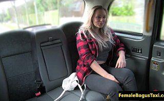 Blonda englezoaica cu tate mari fututa in fake taxi