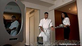 Camerista romanca se fute in hotel cu un gigolo