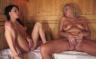 Nora si soacra se masturbeaza impreuna la sauna