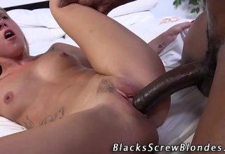 Blonda mica de 19 ani fututa de un negru futacios