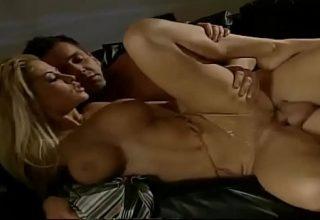 Blonda perfecta cu tate mari si craci sexy fututa in pizda