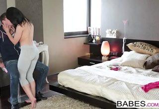 Mama vitrega isi invata puiul sa se sarute si sa faca sex