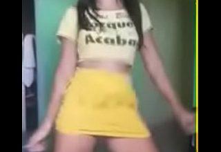 O dansatoare micuta si sexy
