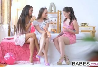 Trei fete tinere se imperecheaza pentru un sex in trei