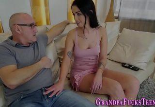 Bruneta frumoasa de 24 ani il suge pe bunicul