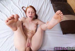 Roscata micuta si sexy se fute cu o pula groasa